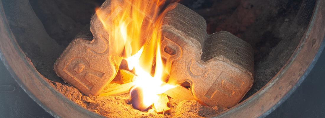 brennende Holzbriketts